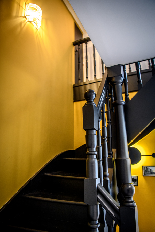 montée d'escalier curry tendance Artitude Architecte d'intérieur à Arcachon et Bordeaux