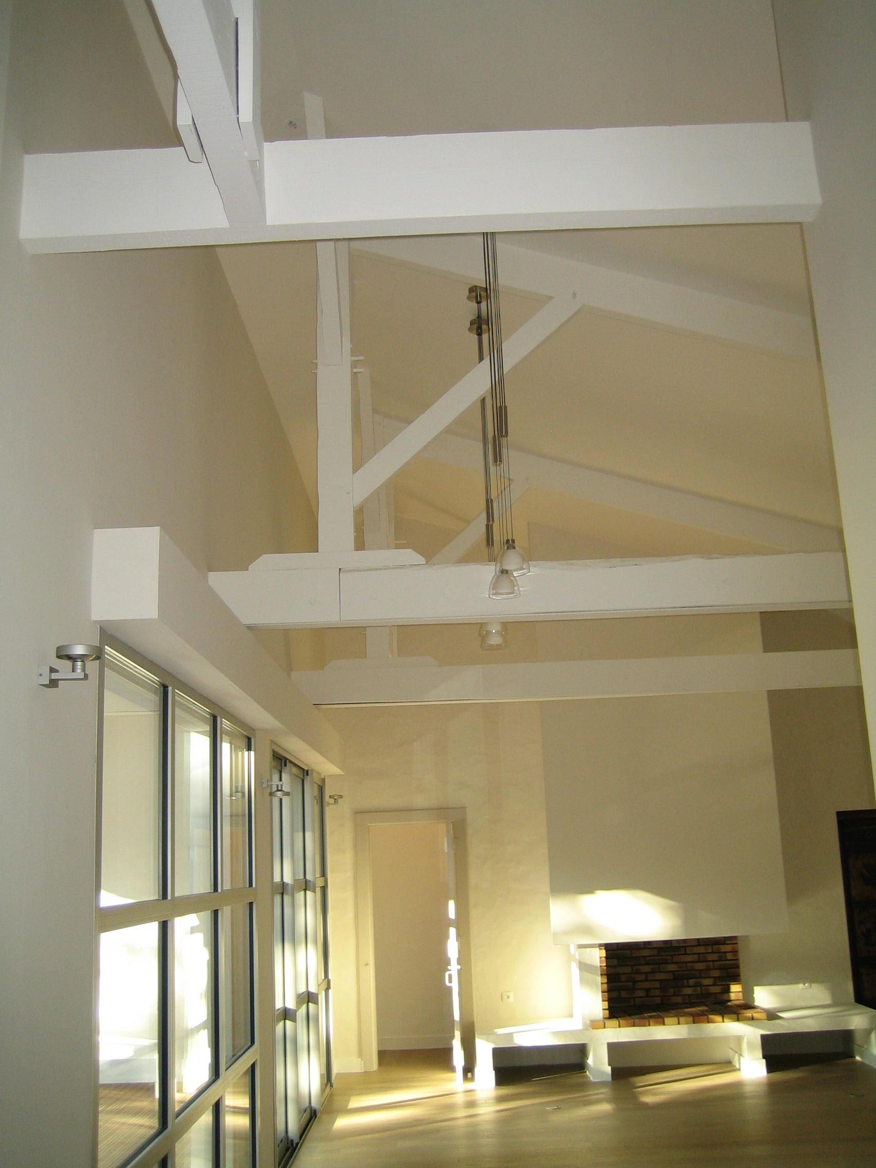 charpente epurée blanche Artitude Architecte d'intérieur à Arcachon et Bordeaux